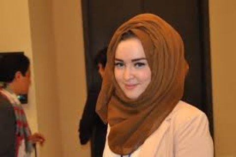 انسانة فتاة مسلمة على قدر من الجما